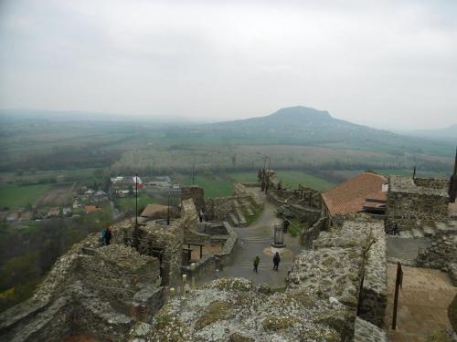 Szigligeti felső vár északi része, háttérben pedig a Szent György-hegy